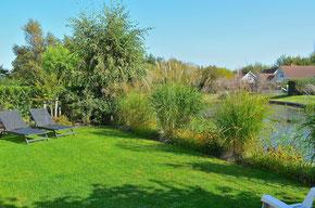 Garten mit überdachter Terrasse direkt am See