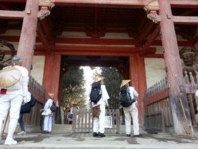 醍醐寺で開門を待つ