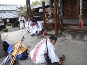 穴太寺で勤行が済み出発準備