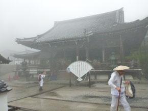 霧につつまれる善峯寺