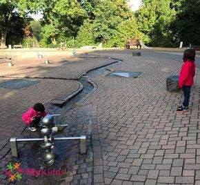 Spielende Kinder auf dem Wasserspielplatz