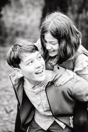 bruder-und-schwester-huckepack-kinderfotos-familienshooting-duisburg-duesseldorf