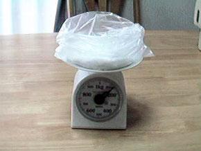 ポリ袋をうまく利用すると、手も汚れなく、洗物も少なく、袋が軽いので、容器の重さを量り損ねても、失敗が少ない。そのまま、冷凍庫に入れることもできるので、利用が広がる。