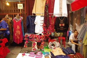 服飾やタイ雑貨の露店が並びます