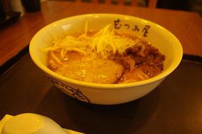 タイでは麺を「すする」のは行儀が悪いとされていて、郷に入れば郷に従えということで、なるべく音を立てないように静かに食しました。