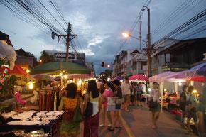 チェンマイの夕暮れ時。マーケットのライトに並ぶ屋台の灯りが目立ってきました
