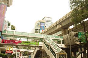 バンコクBTSチットトロム駅近辺です