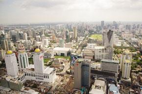 バンコクの市街中心部の眺望、高所恐怖症の人にはまさに「荒行」状態です。清々しい眺め