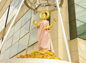 ラクシュミー神、ゲイソンという高級ブランドを扱うショッピングモールの屋上に鎮座しています。インド出身の恋愛の神様