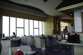 席からのレストラン内様子。外国のかたや、タイの富裕層などが多いです。パッタイなどの屋台でお馴染みの料理もつくってました。