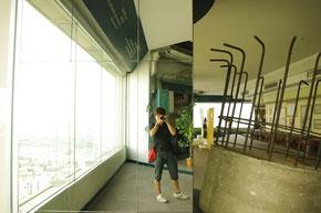 テンションが上がり、はしゃぐ店主。写真を撮る日本人のイメージそのものです。