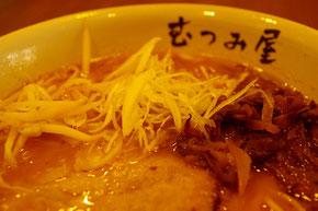 日本のらーめんが恋しくなりバンコクの「むつみ屋」へ。麺を硬めでという日本での、いつもの注文ができずにウズウズ、味は日本のほっとする味のままでグッド
