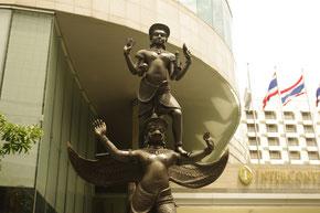 ヴィヌシュ神、バンコクのインターコンチネンタル前に鎮座しております