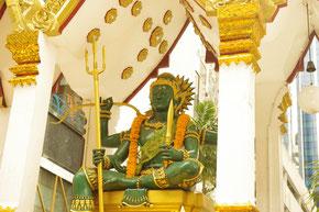 バンコクのBTSチットトロム駅下車すぐにに鎮座する インドラ神