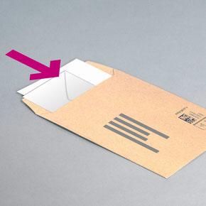 Kleines Kuvert ins große Kuvert stecken