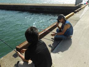 八月、いつの間にか話し込む初対面同士の釣りのひと時。この姿に驚きつつ笑いもあり和やかに。 陶芸家小林夢狂 MukyoKobayashi