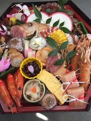 おせちオードブルの写真。鯛、エビ、エビフライなどが入っています。