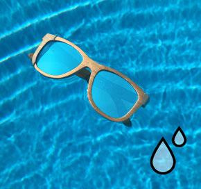 Bambus Sonnenbrille schwimmt auf Wasser