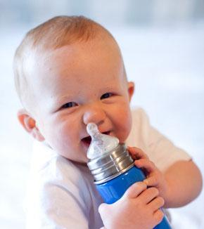 Baby mit Flasche Blog Maman PAssion Baby Planner