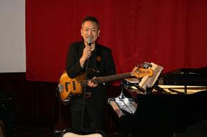 ベース兼ピアノ担当の片野篤さんです。