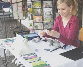 CAMPUSUNTERNEHMERIN Lea beim Verkauf ihrer Lesezeichen