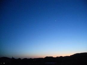 日が長いですね。写真は綺麗な夕暮れの空。地球の向こう側に太陽が行って、こちら側は夜に。向こう側は夜明け。