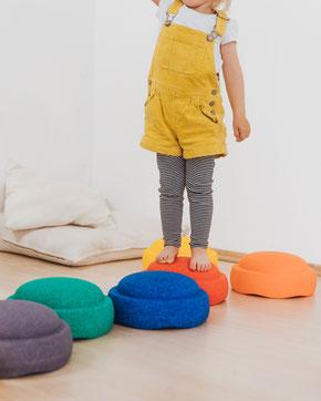 Kind balanciert auf einem Stapelstein RAINBOW basic Balancepfad