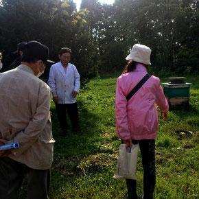 蜂蜜づくりについて話をする松田オーナー写真