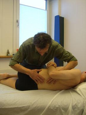 Osteopathische Behandlung  - Osteophath bei der Behandlung