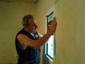 Zio Leopoldo sta montando le finestre!