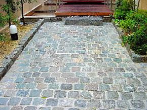 自然石を使った駐車スペース・キューブ