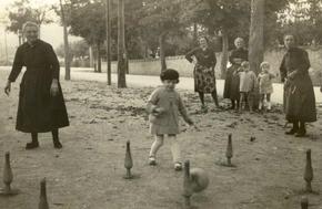 jeux de quilles sur la place du village