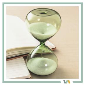 Sanduhr: Zeitersparnis durch VAJUS Virtuelle Assistenz