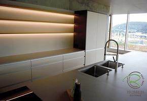 Schreinerküche mit Kücheninsel, BORA Basic Induktionskochfeld, Blancoculina-S Spülarmatur, grifflos mit Griffleisten