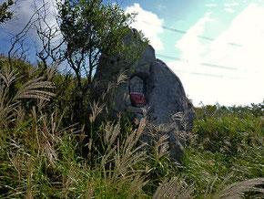 赤坂山の脇を通る古道の県境の峠・粟柄越(あわがらごえ)にある岩をくりぬいた馬頭観世音像