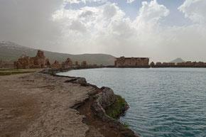 Takht-e-Soleiman et le piton volcanique en arrière plan