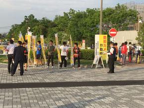 駐輪場の前で自転車の交通安全を呼び掛ける学生・職員