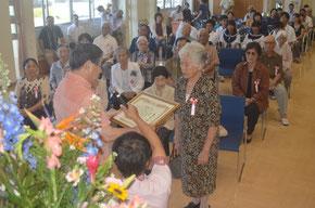 8020の部で表彰される高齢者。健康長寿のお手本そのもの=石垣市健康福祉センター