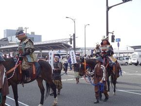 亀岡駅前を通る武者行列
