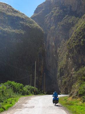 Abwechslungsreiche Strasse nach Huallanca.