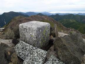 一等三角点と西に見える地形萌えする百閒平、これから進む南アルプスの山々