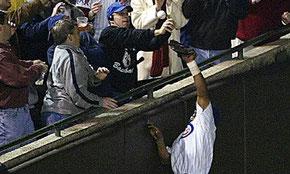 Il fattaccio del 2003 - Steve Bartman tocca la palla prima che si insacchi nel guanto di Moisess Alou. Probabilmente questo costò le WS ai Cubs