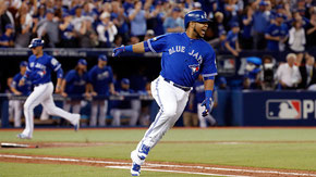 Nella foto Encarnation che batte valido dopo la base intenzionale concessa a Donaldson (Foto da News Of The Day)