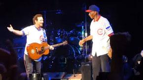 Nella foto Eddie Vedder e il Prima base Ernie Banks cantano assieme