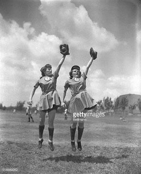 Nella foto le gemelle Eilaine (sx) e Ilaine Roth di Michigan City,  interbase e seconda base per Muskegon Belles (MI) nella All - American girls Baseball League (1943-1954) GETTY IMAGES