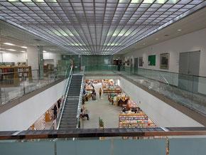 静岡市立図書館を2階から望む