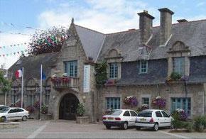 Mairie de Belle-Isle-en-Terre, Côtes d'Armor, Bretagne, édifiée par Lady Mond