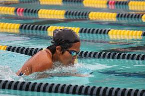 50メートルバタフライを泳ぐ金子さん