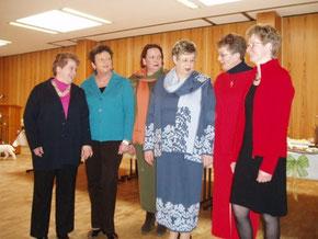 """Als Models hatten dann die Damen vom Bezirksvorstand der Landfrauen ihren großen Auftritt: In einer Modenschau präsentierten sie klassisch zeitlose Strickmoden und eine Kollektion von Stoffen der Bad Hersfelder Firma """"Il Sagoma"""""""