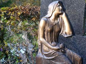 Engel mit Grabstein